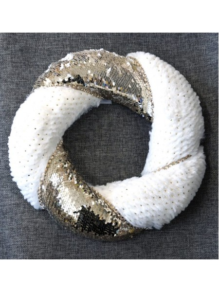 Венок из белого меха и золотых пайеток 30 х 30 х 6 см