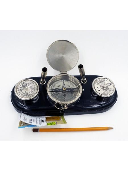 Подставка под ручки с компасом и календарем