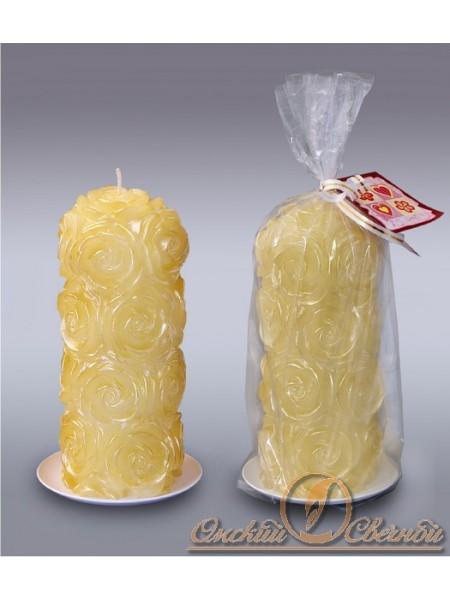 Пенек в розах золотой свеча
